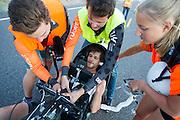 Jan Bos tijdens de vijfde dag van de races. Het Human Power Team Delft en Amsterdam (HPT), dat bestaat uit studenten van de TU Delft en de VU Amsterdam, is in Amerika om te proberen het record snelfietsen te verbreken. In Battle Mountain (Nevada) wordt ieder jaar de World Human Powered Speed Challenge gehouden. Tijdens deze wedstrijd wordt geprobeerd zo hard mogelijk te fietsen op pure menskracht. Het huidige record staat sinds 2015 op naam van de Canadees Todd Reichert die 139,45 km/h reed. De deelnemers bestaan zowel uit teams van universiteiten als uit hobbyisten. Met de gestroomlijnde fietsen willen ze laten zien wat mogelijk is met menskracht. De speciale ligfietsen kunnen gezien worden als de Formule 1 van het fietsen. De kennis die wordt opgedaan wordt ook gebruikt om duurzaam vervoer verder te ontwikkelen.<br /> <br /> The Human Power Team Delft and Amsterdam, a team by students of the TU Delft and the VU Amsterdam, is in America to set a new world record speed cycling.In Battle Mountain (Nevada) each year the World Human Powered Speed Challenge is held. During this race they try to ride on pure manpower as hard as possible. Since 2015 the Canadian Todd Reichert is record holder with a speed of 136,45 km/h. The participants consist of both teams from universities and from hobbyists. With the sleek bikes they want to show what is possible with human power. The special recumbent bicycles can be seen as the Formula 1 of the bicycle. The knowledge gained is also used to develop sustainable transport.