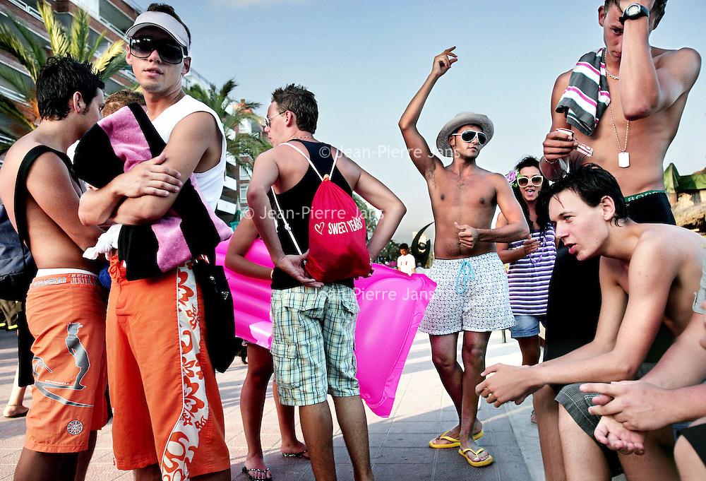 Spanje.Lloret de Mar.27 juli 2007..Feestvierende Italiaanse jongeren tijdens hun vakantie  op de boulevard van Lloret de Mar....Foto:Jean-Pierre Jans/de Volkskrant.N.B. NIET VOOR PUBLICATIE IN ANDERE DAGBLADEN!