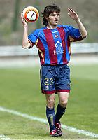 Iñaki DESCARGA, Spanish Football player and Levante defender, throws the ball in. Real Madrid Castilla - Levante / League 2005-06. Valdebebas Sports Complex, Madrid. 26-03-2006.