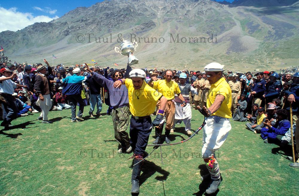 Pakistan - Le Polo des Rois - Tournoi de Polo le plus haut du monde au col de Shandur à 3800 m d'altitude entre les anciens royaumes de Chitral et de Gilgit - Les vainqueurs de la demi finale dansent pour exprimer leur joie // Pakistan, Khyber Pakhtunkhwa, polo tournament at Shandur Pass at an altitude of 3800 m between Chitral and Gilgit team