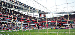 17.04.2011, Emirates Stadium, London, ENG, PL, Arsenal FC vs Liverpool FC, im Bild Liverpool's Dirk Kuyt beats Arsenal's goalkeeper Wojciech Szczesny to score an injury time equalising goal form the penalty spot during the Premiership match at the Emirates Stadium, EXPA Pictures © 2011, PhotoCredit: EXPA/ Propaganda/ D. Rawcliffe *** ATTENTION *** UK OUT!