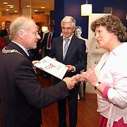 Cheque overhandiging door burgemeester Hiolthuijzen aan Fortwerk IV bij opening vernieuwde SNS bank Bussum