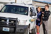 Aniek Rooderkeren praat met de sheriff die even komt kijken. In Battle Mountain, Nevada, oefent het team op een weggetje. Het Human Power Team Delft en Amsterdam, dat bestaat uit studenten van de TU Delft en de VU Amsterdam, is in Amerika om tijdens de World Human Powered Speed Challenge in Nevada een poging te doen het wereldrecord snelfietsen voor vrouwen te verbreken met de VeloX 7, een gestroomlijnde ligfiets. Het record is met 121,44 km/h sinds 2009 in handen van de Francaise Barbara Buatois. De Canadees Todd Reichert is de snelste man met 144,17 km/h sinds 2016.<br /> <br /> With the VeloX 7, a special recumbent bike, the Human Power Team Delft and Amsterdam, consisting of students of the TU Delft and the VU Amsterdam, wants to set a new woman's world record cycling in September at the World Human Powered Speed Challenge in Nevada. The current speed record is 121,44 km/h, set in 2009 by Barbara Buatois. The fastest man is Todd Reichert with 144,17 km/h.