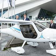 NLD/Amsterdam/20190314  - Koning bij viering 100 jaar Luchtvaart  in Nederland, de Koning bekijkt het elektrische vliegtuigje Pipistrel Alpha Electro