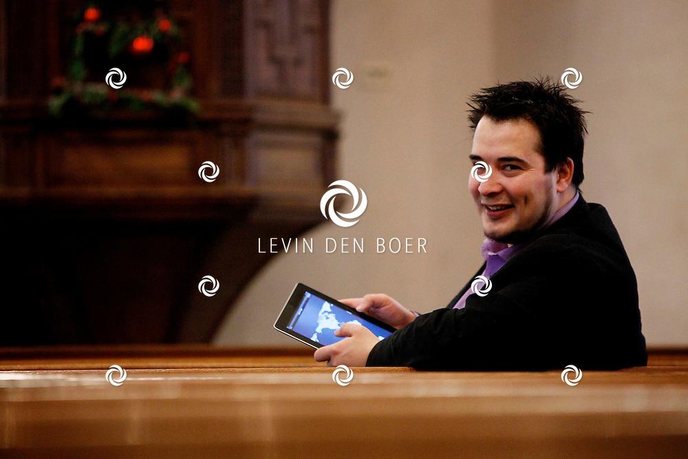 WELL - Dominee Lennart Aangeenbrug twittert en facebook er op los met zijn gadgets. FOTO LEVIN DEN BOER - PERSFOTO.NU