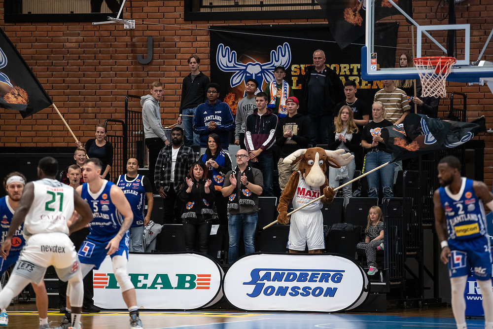 ÖSTERSUND 20210924<br /> Klacken applåderar under fredagens match i Basketligan mellan Jämtland Basket och Nässjö Basket i Östersunds Sporthall<br /> <br /> Foto: Per Danielsson/Projekt.P
