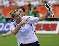 Fotball<br /> VM 2007 Kina<br /> 11.09.2007<br /> Foto: imago/Digitalsport<br /> NORWAY ONLY<br /> <br /> Japan v England 2-2<br /> Kelly Smith (England) präsentiert anlässlich eines Torerfolges ihren personalisierten Fußballschuh von Umbro