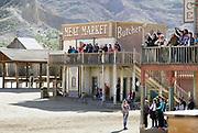 Spanje, Tabernas, 9-11-2019 Western filmstudios , mini hollywood . Dit gebied is bekend om de locatie van beroemde Spaghetti Westerns. Sergio Leone nam hier zijn films op zoals the good the bad and the ugly met o.a. clint eastwood en lee van kleef . Er zijn een drietal filmsets gebouwd met houten huizen uit de tijd van het wilde westen in Amerika . Het ligt op de rand van de woestijn van , desierto de Tabernas. Het is een populair uitje voor inwonders van Almeria en er wordt een wild west scene nagespeeld aan het publiek door acteurs . Foto: Flip Franssen