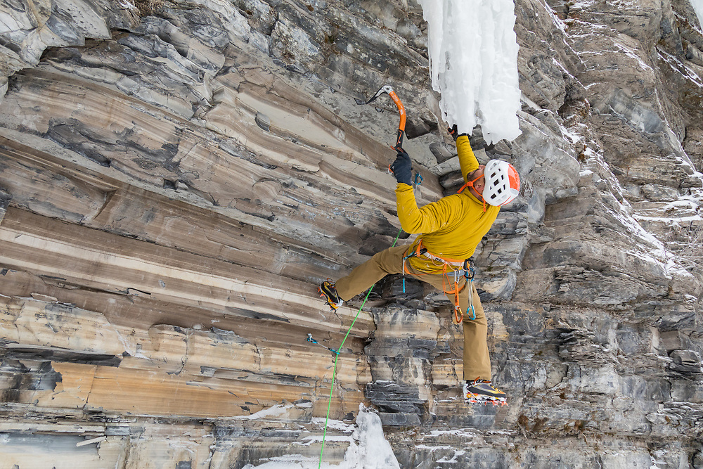Jeff Mercier mixed climbing PR Reborn, M8 WI6, in Pont-Rouge Quebec, Canada