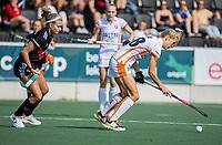 AMSTELVEEN - Sian Keil (Oranje Rood) met  Kira Horn (Amsterdam)  tijdens de hockey hoofdklasse competitiewedstrijd  dames, Amsterdam-Oranje Rood (2-1).  COPYRIGHT KOEN SUYK
