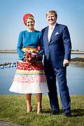 Koning Willem-Alexander en koningin Maxima brengen een streekbezoek aan Schouwen-Duiveland en Tholen in de provincie Zeeland. <br /> <br /> King Willem-Alexander and Queen Maxima pay a regional visit to Schouwen-Duiveland and Tholen in the province of Zeeland.<br /> <br /> Op de foto / On the photo: Willem Alexander en Maxcima komen aan in Anna Jacobapolder (St. Philipsland) en poseren bij de mosselcultuur //// Willem Alexander and Maxcima arrive in Anna Jacobapolder (St. Philipsland) and pose at the mussel culture