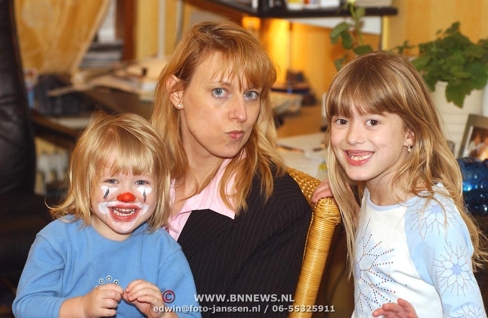 Diana gesminkt als clown, Anneke en Linda Janssen