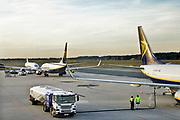 Duitsland, germany,deutschland, Weeze, 14-11-2018 Vlak over de grens van nederland ligt het regionaal vliegveld Niederrhein, Weeze, wat uitgegroeid is tot een belangrijke regionale luchthaven en als thuisbasis fungeert voor prijsvechter, chartermaatschappij Ryanair. Op het platform wordt een vliegtuig van brandstof, kerosine, voorzien .In de regio bevindt zich ook vliegveld Dusseldorf. Naast passagiersvervoer wordt er veel luchtvracht vervoerd. Veel nederlanders uit oost gelderland, en noord limburg vliegen vanaf hier. Brandstof,tanken,vliegtuigbrandstof,kerosine,Foto: Flip Franssen