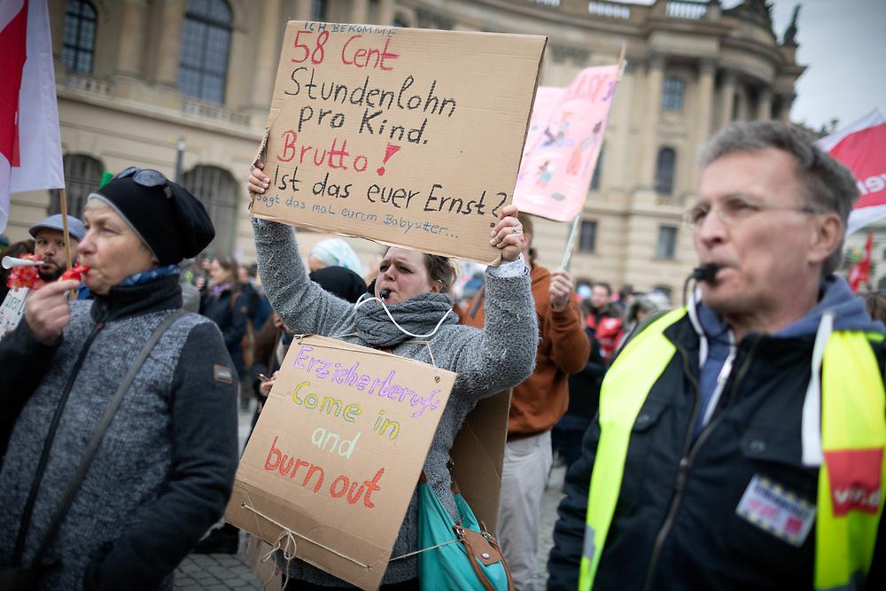 Zweitägiger Warnstreik der ErzieherInnen und angestellten Lehrkräfte  im Rahmen der Verhandlungen mit der Tarifgemeinschaft deutscher Länder (TdL). Über 10.000 Beschäftige des Sozial- und Erziehungsdienstes und Angestellte an Schulen, Kitas, Hochschulen und Jugendämtern beteiligen sich an einer Streikdemo der Gewerkschaften ver.di und GEW und fordern Gehaltserhöhungen für alle angestellten Landesbeschäftigten, die unter den Tarifvertrag der Länder (TVL) fallen. Die Gewerkschaften fordern  sechs Prozent (aber mindestens 200 Euro) mehr Gehalt.. <br /> <br /> [© Christian Mang - Veroeffentlichung nur gg. Honorar (zzgl. MwSt.), Urhebervermerk und Beleg. Nur für redaktionelle Nutzung - Publication only with licence fee payment, copyright notice and voucher copy. For editorial use only - No model release. No property release. Kontakt: mail@christianmang.com.]