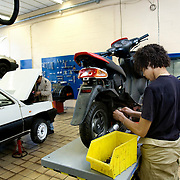 Nederland Rotterdam 6 februari 2009 20090206 Foto: David Rozing.Leerlingen VMB Noordrand college, studie richting techniek. .Dutch students technique technic technical, basic education, holland, student, students, , pupils, technique,  boys, boy, .....Foto: David Rozing