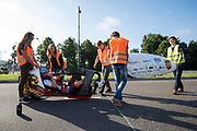 Aniek Rooderkerken zit klaar voor vertrek. In Helmond test het HPT hun nieuwe fiets op de A270. In september wil het Human Power Team Delft en Amsterdam, dat bestaat uit studenten van de TU Delft en de VU Amsterdam, tijdens de World Human Powered Speed Challenge in Nevada een poging doen het wereldrecord snelfietsen voor vrouwen te verbreken met de VeloX 7, een gestroomlijnde ligfiets. Het record is met 121,44 km/h sinds 2009 in handen van de Francaise Barbara Buatois. De Canadees Todd Reichert is de snelste man met 144,17 km/h sinds 2016.<br /> <br /> In Helmond the HPT tests the new bike on the highway A270. With the VeloX 7, a special recumbent bike, the Human Power Team Delft and Amsterdam, consisting of students of the TU Delft and the VU Amsterdam, also wants to set a new woman's world record cycling in September at the World Human Powered Speed Challenge in Nevada. The current speed record is 121,44 km/h, set in 2009 by Barbara Buatois. The fastest man is Todd Reichert with 144,17 km/h.