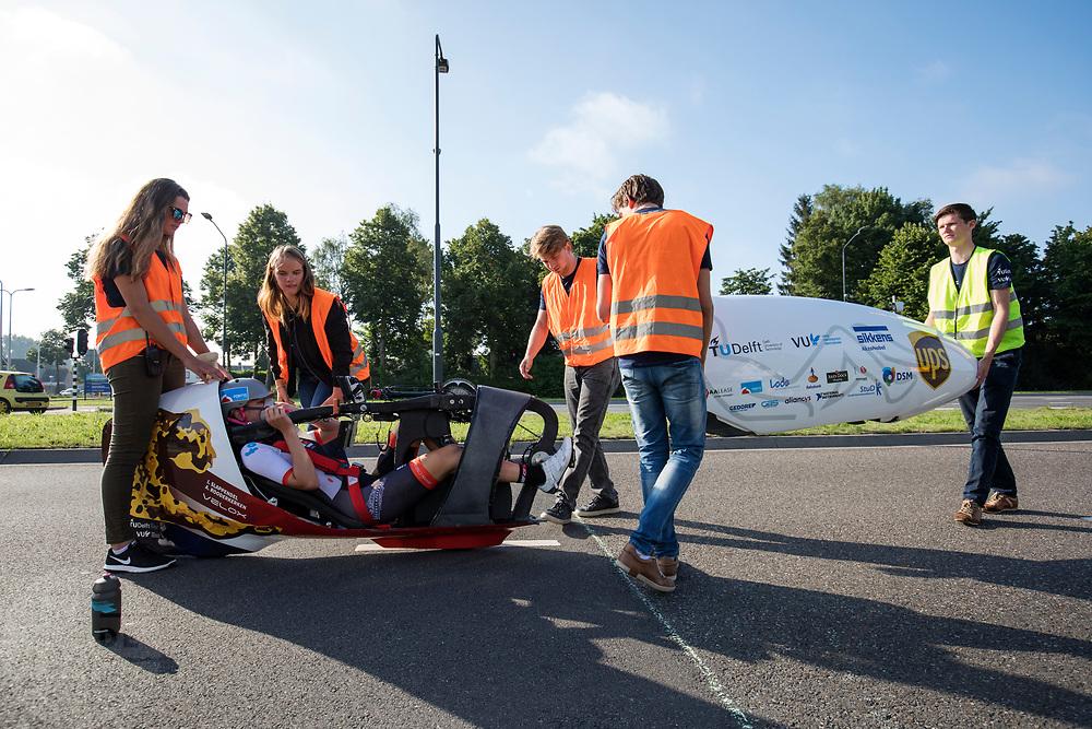 Aniek Rooderkerken zit klaar voor vertrek. In Helmond test het HPT hun nieuwe fiets op de A270. In september wil het Human Power Team Delft en Amsterdam, dat bestaat uit studenten van de TU Delft en de VU Amsterdam, tijdens de World Human Powered Speed Challenge in Nevada een poging doen het wereldrecord snelfietsen voor vrouwen te verbreken met de VeloX 7, een gestroomlijnde ligfiets. Het record is met 121,44 km/h sinds 2009 in handen van de Francaise Barbara Buatois. De Canadees Todd Reichert is de snelste man met 144,17 km/h sinds 2016.<br /> <br /> In Helmond the HPT tests the new bike on the highway A270. With the VeloX 7, a special recumbent bike, the Human Power Team Delft and Amsterdam, consisting of students of the TU Delft and the VU Amsterdam, also wants to set a new woman's world record cycling in September at the World Human Powered Speed Challenge in Nevada. The current speed record is 121,44 km/h, set in 2009 by Barbara Buatois. The fastest man is Todd Reichert with 144,17 km/h.