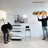 Nederland, amsterdam , 4 november 2013.<br /> initiator Bart Tamboer en stagiaire Yentl van Nierop van Primal Edition tijdens het inrichten van de 'eerste' offline crowdfunding winkel  in de van Baerlestraat.<br /> Foto:Jean-Pierre Jans