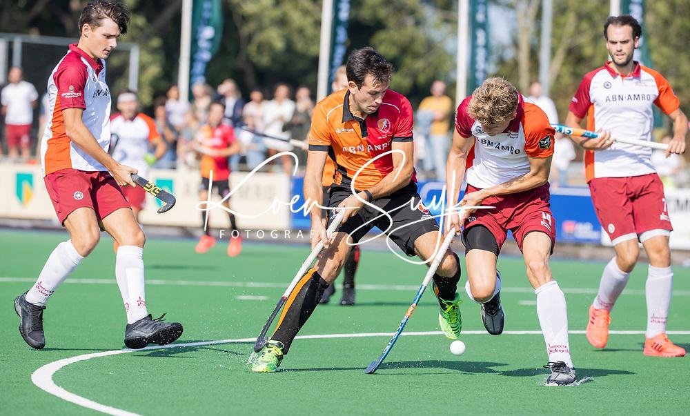 ALMERE - Niek van der Schoot (Oranje Rood) met Daan Bonhof (Almere)    tijdens de  TULP hoofdklasse competitiewedstrijd heren,    Almeerse HC-Oranje Rood (2-4).   COPYRIGHT KOEN SUYK