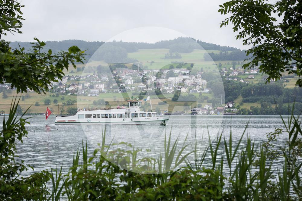 SCHWEIZ - MEISTERSCHWANDEN -  MS Fortuna bei regnerischem Wetter auf einer Extrafahrt, im Hintergrund Birrwil und das Seerestaurant Schifflände - 21. August 2016 © Raphael Hünerfauth - http://huenerfauth.ch