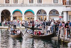 THEMENBILD - Gondoliere mit ihren venezianischen Booten (Gondel) fahren Gäste auf den Wasserstraße durch die Altstadt von Venedig, aufgenommen am 05. Oktober 2019 in Venedig, Italien // Gondoliere with their Venetian boats (gondola) drive guests on the waterway through the old town of Venice, in Venice, Italy on 2019/10/05. EXPA Pictures © 2019, PhotoCredit: EXPA/Stefanie Oberhauser
