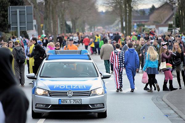 Duitsland, Kranenburg, 7-2-2016Carnavalsoptocht. Carnaval. Vlak over de grens bij Nijmegen doet men het op zijn Duits. Er is begeleiding van politie, ook uit Nederland.Foto: Flip Franssen