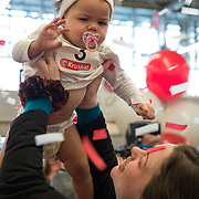 Amsterdam, 19-02-2014. Een moeder met haar baby tijdens de luierrace bij de opening van de Negenmaandenbeurs in de Amsterdamse RAI. Vijf dagen lang is er in de Rai alles te vinden op het gebied van zwangerschap en geboorte.