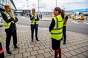 SCHIPHOL, 4-9-2020, Luchthaven Schiphol<br /> <br /> Koning Willem Alexander tijdens een werkbezoek aan Schiphol. Het bezoek vond plaats in het kader van de impact van de coronacrisis op de luchthaven en de medewerkers<br /> <br /> King Willem Alexander during a working visit to Schiphol. The visit took place in the context of the impact of the corona crisis on the airport and employees