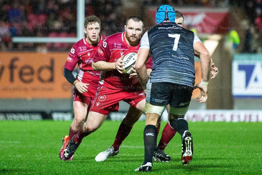 26.12.19 - Scarlets v Ospreys - Guinness PRO14 - Ken Owens of Scarlets takes on Justin Tipuric of Ospreys