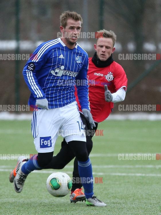 Philip Rasmussen (Lyngby) følges af Daniel Udsen (FC Helsingør).