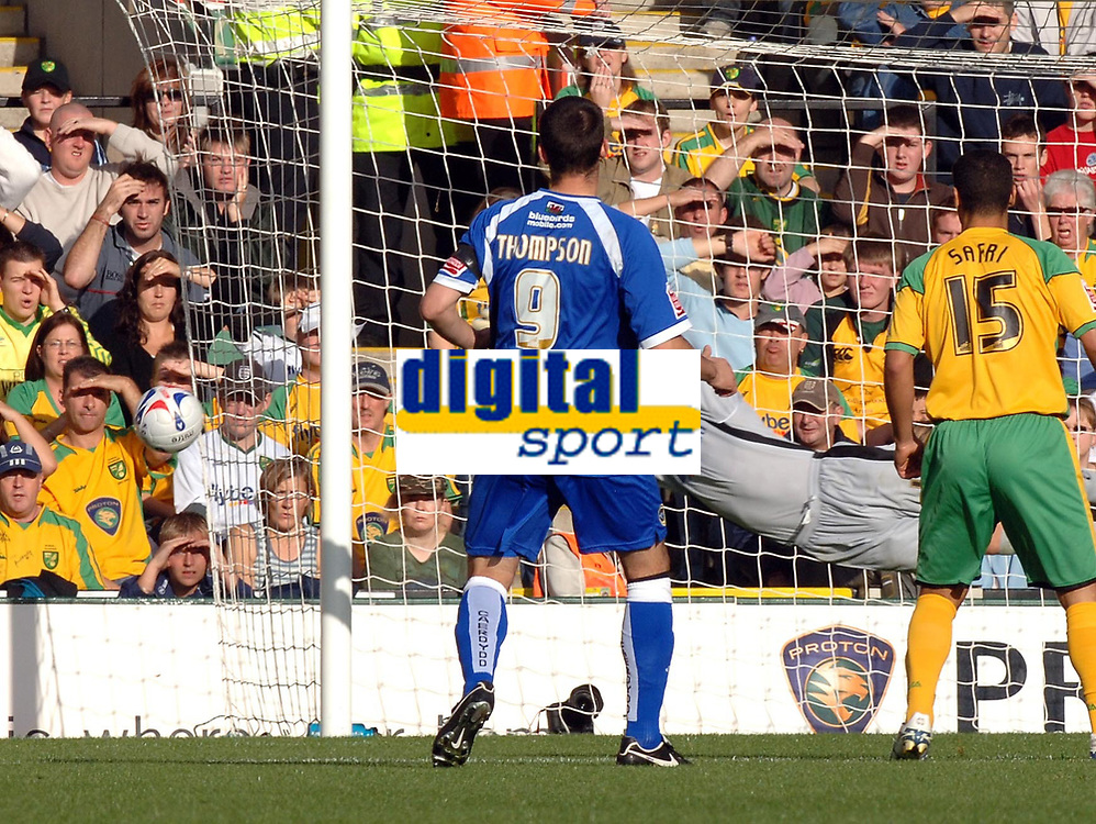 Photo: Ashley Pickering.<br />Norwich City v Cardiff City. Coca Cola Championship. 21/10/2006.<br />Steven Thompson shoots just wide of the post for Cardiff.