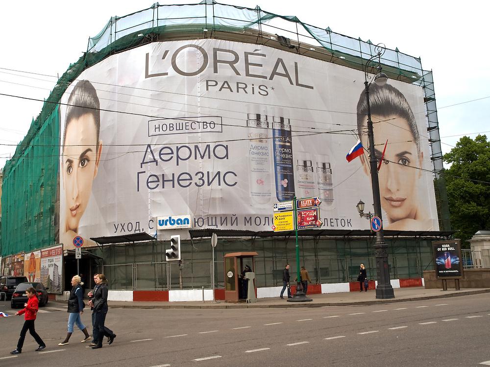 Kosmetik Werbung mit einem Feuerwehr Auto im Zentrum der russischen Hauptstadt Moskau. <br /> <br /> Advertising for cosmetics with a fire department car in the center of the Russian capital Moscow.