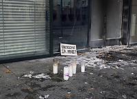 Bialystok, 25.10.2020. Protest kobiet przeciwko wyrokowi Trybunalu Konstytucyjnego zaostrzajacego prawo aborcyjne pod siedziba podlaskiego PiS N/z w nocy, ustawione tu za dnia znicze, zostaly uprzatnietne przez czterech mezczyzn, ktorzy pogasili je i wywiezli na taczce. Rano w niedziele znicze znowu zaczely sie pojawiac Fot. Michal Kosc / FORUM