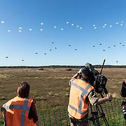 NLD/Ede/20190921- Prince Charles en Prinses Beatrix bij herdenking Airborne, Dropping van parachutisten