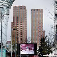 Nederland, Amsterdam , 4 december 2009.. De Zuidas Amsterdam. Het zakelijk centrum van Amsterdam..Aan de zuidzijde van Amsterdam, de Zuidas, midden in het deelgebied Gershwin, staat het prestigieuze gebouw Symphony Amsterdam. Deze luxueuze woontoren is onderdeel van een multifunctioneel project, dat tevens een kantoortoren, een hotel en ?een parkeergarage omvat..Foto:Jean-Pierre Jans