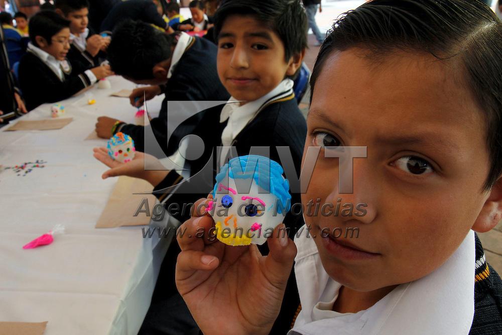 TOLUCA, México.- Niños de primaria acuden a la plaza Fray Andrés de Castro a los talleres que se imparten dentro del Festival Cultural de Día de Muertos de Toluca, uno de ellos es el adornado de calaveritas,  ponen color y diversión a la muerte. Agencia MVT / Crisanta Espinosa. (DIGITAL)