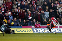 Fotball<br /> Premier League 2004/05<br /> Southampton v Everton<br /> 6. februar 2005<br /> Foto: Digitalsport<br /> NORWAY ONLY<br /> Henri Camara fies in a Southampton goal past Nigel Martyn