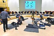 Nederland, Nijmegen, 31-3-2017 Medewerkers van de gemeente krijgen een cursus reanimeren in de raadszaal van het gemeentehuis. Foto: Flip Franssen