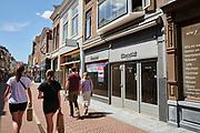 Winkelstraat in de binnenstad Leiden    Shopping street with empty shops in the center of Leiden