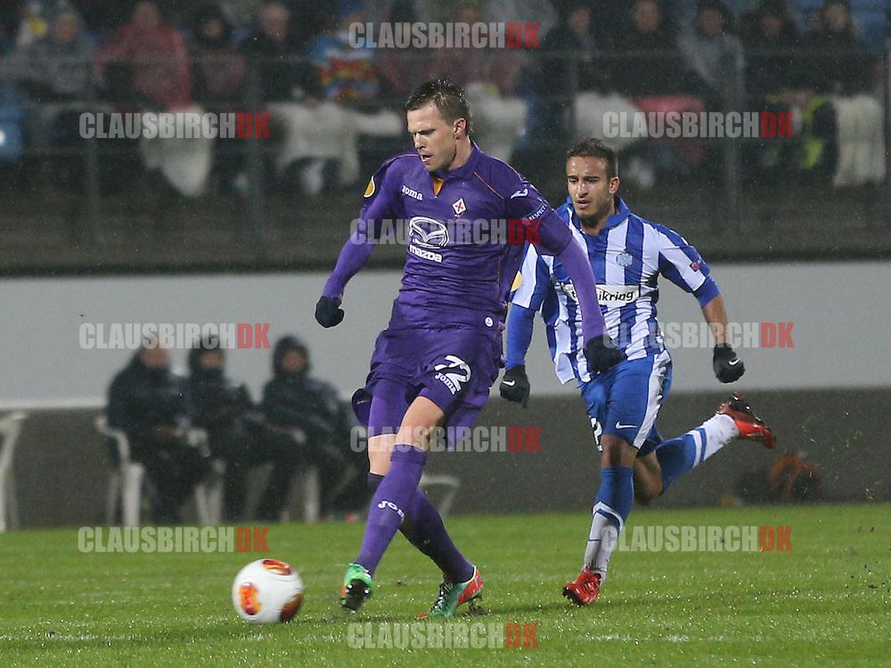Josip Ilicic (Fiorentina) følges af Mohammed Fellah (Esbjerg).