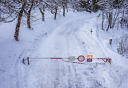 THEMENBILD - eine wegen Lawinengefahr gesperrte Strasse, aufgenommen am 24. Januar 2019 in Kaprun, Oesterreich // a road closed due to avalanche danger in Kaprun, Austria on 2019/01/24. EXPA Pictures © 2019, PhotoCredit: EXPA/ JFK