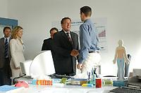 """24 JUN 2003, BERLIN/GERMANY:<br /> Gerhard Schroeder (Mi-L), SPD, Bundeskanzler wird von einem Auszubildenden an seinem Arbeitsplatz begruesst, waehrend einem Besuch der Berlin-Chemie AG im Rahmen einer Sitzung des Runden Tisches """"Ausbilden jetzt - Erfolg braucht alle"""", Berlin-Chemie AG<br /> IMAGE: 20030624-01-003<br /> KEYWORDS: Gerhard Schröder"""
