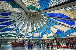 Vista interna da Catedral de Brasília - Catedral Metropolitana Nossa Senhora Aparecida, com destaque para os vitrais de Marianne Peretti e anjos suspensos de Alfredo Ceschiatti. FOTO: Jefferson Bernardes/ Agência Preview