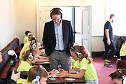 Uitreiking Méér Muziek in de Klas  Award Beste Ringtone door Wibi Soerjadi in het concertgebouw in Amsterdam. De kinderen componeerden zelf een ringtone die door een speciaal ensemble van het Metropole Orkest in het Concertgebouw zal worden gespeeld.<br /> <br /> Op de foto:  Menno van den Berg (Ceo Samsung),  tijdens de workshop
