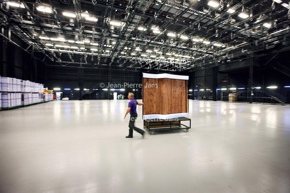 Nederland, Amsterdam , 29 juni 2010..1 van de studio's in de nieuwe vestiging van Endemol in Amsterdam Zuid Oost in de MediArena Studio's..Endemol Holding B.V. is een van de grootste internationale televisieproducenten. Het bedrijf is in 1994 ontstaan na een fusie van de televisieproductiebedrijven van Joop van den Ende (Endemol) en John de Mol (Endemol). In 2003 boekte de Endemol Group een omzet van EUR 913,8 miljoen. Wereldwijd werken er 3300 mensen (waarvan 800 in Nederland)..In 2000 werd Endemol verkocht voor EUR 5,5 miljard aan het Spaanse telecombedrijf Telefónica..One of the studios in the new branch of Endemol in Amsterdam South East in the MediArena Studios. In 2000, Endemol was sold to the Spanish telecom company Telefonica for EUR 5.5 billion.