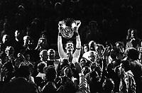 Fotball<br /> Bayern München<br /> Foto: Witters/Digitalsport<br /> NORWAY ONLY<br /> <br /> Franz Beckenbauer Bayern mit Pokal<br /> UEFA Pokal der Landesmeister Finale AS St. Etienne - FC Bayern München 0:1