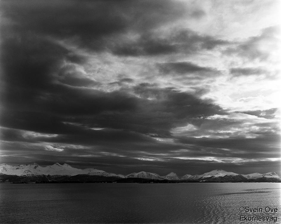Molde 20120409. Dramatiske skyer over Romsdalsalpene. Utsikt fra Molde.<br /> Foto: Svein Ove Ekornesvåg