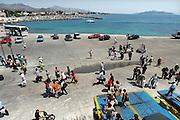 Griekenland, Aegina, 5-7-2008Veerboot legt aan in de haven van het eiland. Passagiers lopen vanaf de boot de kade op.Foto: Flip Franssen