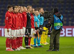 Det danske hold under nationalsangen, før venskabskampen mellem Danmark og Sverige den 11. november 2020 på Brøndby Stadion (Foto: Claus Birch).