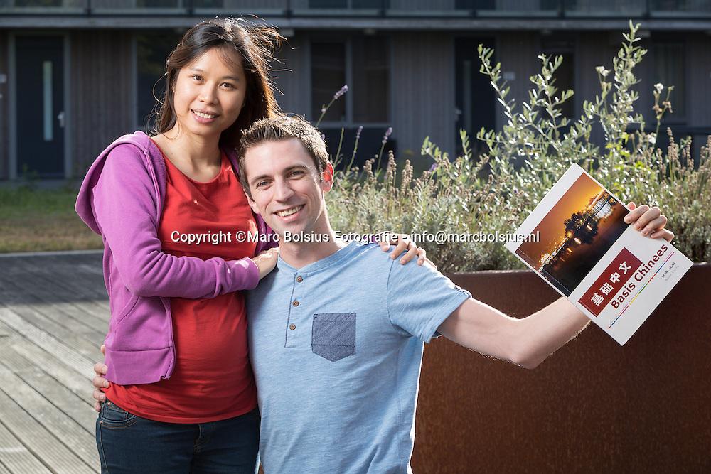 Nederland,  Den Bosch, &Katern,rubriek een nieuw begin, Sjoerd Lagarde met zijn zwangere chinese vriendin. Hij leert chinees.